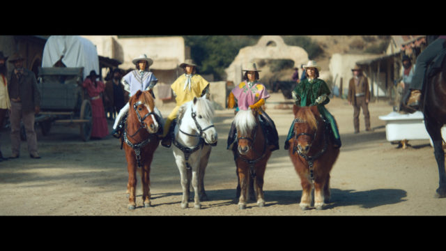maya-rudolph-plays-4-miniature-cowboys-in-klarna's-first-ever-super-bowl-ad