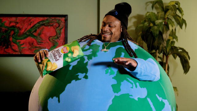 marshawn-lynch-gets-'lost-in-the-crunch'-for-lay's