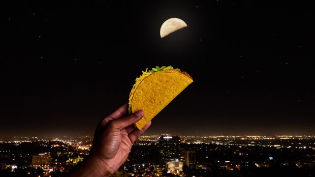 taco-bell's-first-global-campaign-uses-the-moon-as-your-signal-for-a-free-taco