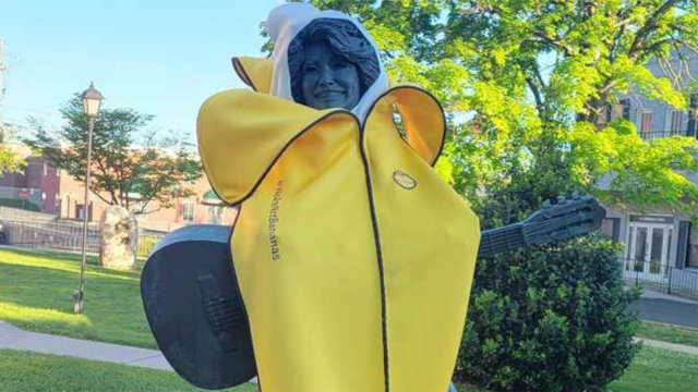 sun-bum-dressed-dolly-parton—and-49-other-notable-figures—in-a-banana-suit-on-saturday