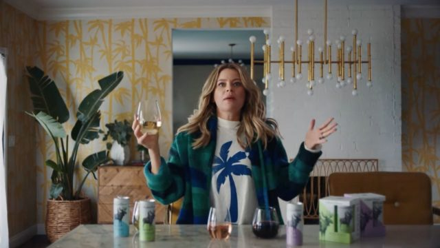 elizabeth-banks,-houseguest-from-hell,-stars-in-new-ad-for-luxe-canned-wine-brand